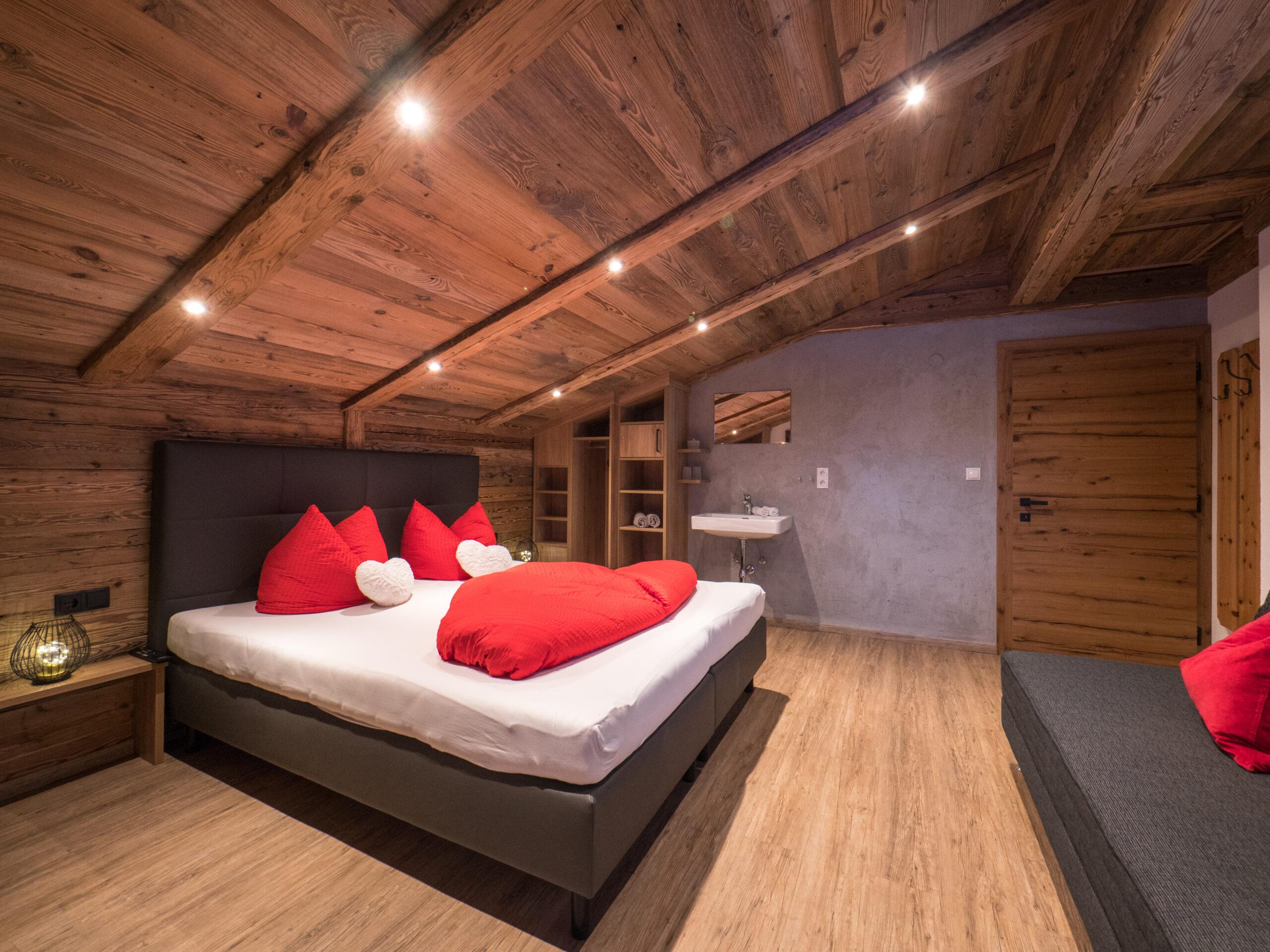 großes Schlafzimmer im Zillertal